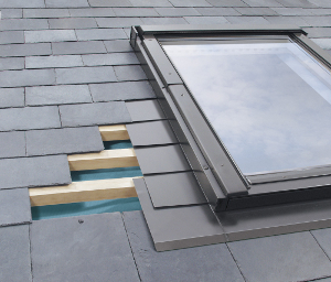 Step flashings for skylights installed with flat roofing materials